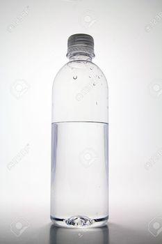 14691096-半分空水のペットボトル。.jpg